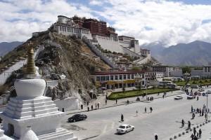 14b. Potala Palace, Lhasa, 2007, photo: Ondrej Zvacek, Wikimedia Commons.